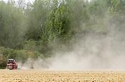 Nederland, the Netherlands, 2-9-2018 Een akker wordt bemest . Door de gortdroge grond komt er veel stof in de lucht . Foto: Flip Franssen