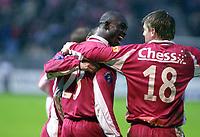 Fotball 18 April 2004, Eliteserien, Brann - Molde, Brann stadion, Seyi Olofinjana og Olafur Bjarnason, Brann, jubler etter en skåring av Olofinjana.