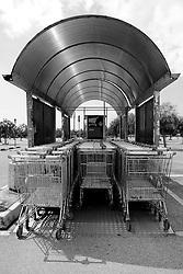Taranto, centro commerciale, file di carrelli