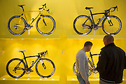 Bezoekers kijken geinteresseerd naar de racefietsen van het exclusieve Italiaanse merk Pinarello. In de Jaarbeurs in Utrecht vindt de beurs BikeMotion plaats. De beurs staat in het teken van de sportieve fiets. De elektrische fiets rukt ook bij de sportieve fietser steeds meer op. Tijdens Bike Motion zijn naast fietsen ook fietsonderdelen en accessoires te zien, zoals kleding. Ondanks de crisis loopt de verkoop van sportieve fietsen, zoals racefietsen en mountainbikes, nog steeds goed.<br /> <br /> In the Jaarbeurs in Utrecht Bike Motion exhibition takes place. The exhibition is dedicated to the sports bike. The electric bike pulls even with the sporting cyclist increasingly. During his Bikemotion addition to bicycles bicycle parts and accessories to see, such as clothing. Despite the crisis, sales of sports bikes, racing bikes and mountain bikes, are still good.