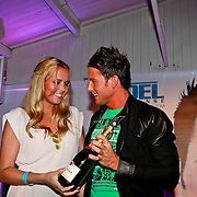 NLD/Bloemendaal/20110411 - CD presentatie Joel Geleynse, Monique Smit krijgt haar verjaardagskado van Joel Geleynse