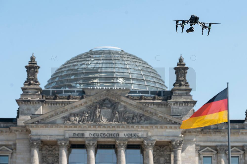 24 APR 2020, BERLIN/GERMANY:<br /> Eine Fotodrohne fliegt ueber dem Platz der Republik vor dem Deutschen Bundestag / Reichstagsgebaeude<br /> IMAGE: 20200424-01-013<br /> KEYWORDS: Drohne, Regierungsgebaeude, Bannmeile, Reichstagsgebäude, Reichstag, Regierungsgebäude