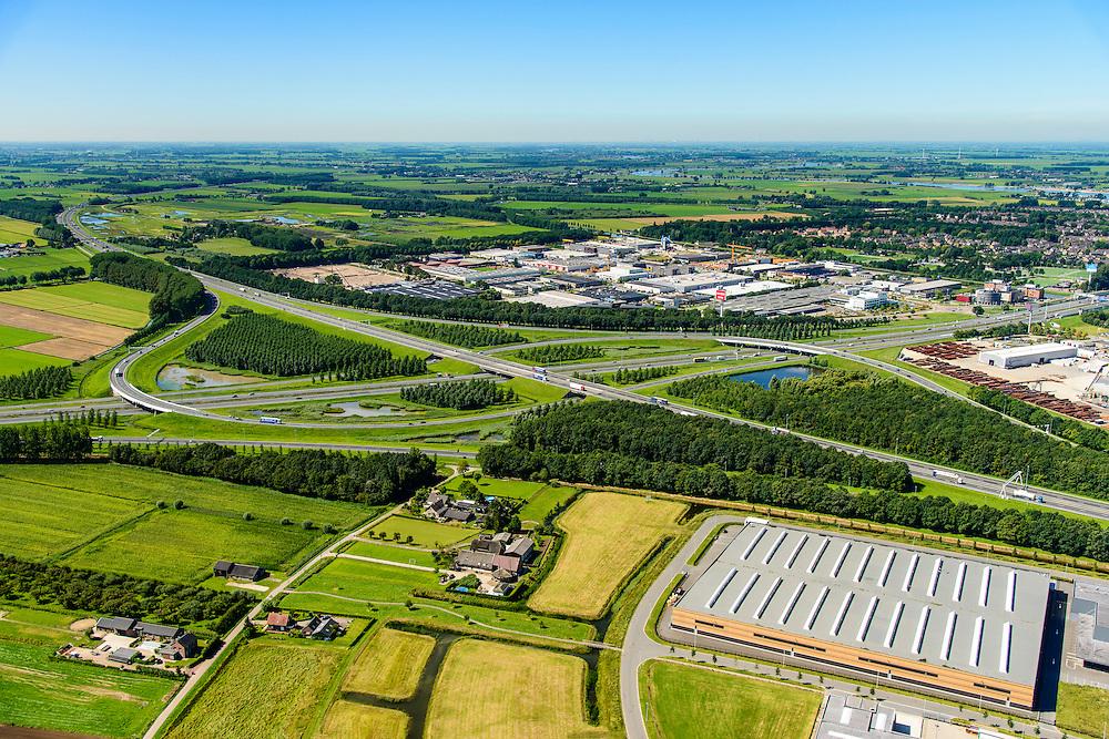 Nederland, Utrecht, Gemeente Vianen, 23-08-2016; Knooppunt Everdingen, aansluiting A27 (diagonaal) en A2 (vlnr). Gedeeltelijk turbineknooppunt. Everdingen junction between motorway A2 en A2<br /> <br /> luchtfoto (toeslag op standard tarieven);<br /> aerial photo (additional fee required);<br /> copyright foto/photo Siebe Swart