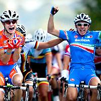 Denemarken, Rudersdal, 24-09-2011.<br /> Wielrennen, Wereldkampioenschap, Elite Vrouwen.<br /> Marianne Vos schreeuwt het uit van frustratie en teleurstelling als zij door Giorgia Bronzini ( rechts ) uit Italie is verslagen. Ina-Yoco Teutenberg uit Duitsland die op de foto Bronzine feliciteert wordt derde.<br /> Foto: Klaas Jan van der Weij