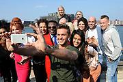 Perspresentatie Sterren Springen seizoen 2 in The Harbour Club, Amsterdam.<br /> <br /> Op de foto:  Dave Roelvink maakt een selfie