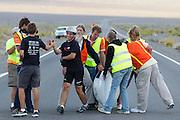 Cameron wordt gefeliciteerd met zijn geslaagde run op de vierde racedag van de WHPSC. In Battle Mountain (Nevada) wordt ieder jaar de World Human Powered Speed Challenge gehouden. Tijdens deze wedstrijd wordt geprobeerd zo hard mogelijk te fietsen op pure menskracht. Ze halen snelheden tot 133 km/h. De deelnemers bestaan zowel uit teams van universiteiten als uit hobbyisten. Met de gestroomlijnde fietsen willen ze laten zien wat mogelijk is met menskracht. De speciale ligfietsen kunnen gezien worden als de Formule 1 van het fietsen. De kennis die wordt opgedaan wordt ook gebruikt om duurzaam vervoer verder te ontwikkelen.<br /> <br /> Cameron is congratulated with his successfull run on the fourth day of the WHPSC. In Battle Mountain (Nevada) each year the World Human Powered Speed Challenge is held. During this race they try to ride on pure manpower as hard as possible. Speeds up to 133 km/h are reached. The participants consist of both teams from universities and from hobbyists. With the sleek bikes they want to show what is possible with human power. The special recumbent bicycles can be seen as the Formula 1 of the bicycle. The knowledge gained is also used to develop sustainable transport.
