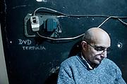 20181101/ Javier Calvelo - adhocFOTOS/ URUGUAY/ MONTEVIDEO/ Centro de Documentación Cinematográfica, Sala Cinemateca y Sala 2 en Lorenzo Carnelli 1311/ Proyecto documental sobre el ultimo mes de funciones en la vieja y tradicional infraestructura de salas de la Cinemateca Uruguaya. Cinemateca Uruguaya es una filmoteca uruguaya con sede en Montevideo, Uruguay, fundada el 21 de abril de 1952. Es una asociación civil sin fines de lucro cuyo objetivo es contribuir al desarrollo de la cultura cinematográfica y artística en general.<br /> Trabajadores: Guillermina Martín Bibliotecologa , Susana Roura y Lucero Trelles en Boleteria, Martin Ramirez proyeccionesta sala 2, Jorge Barboza Sala Cinemateca, <br /> Alejandra Frechero coordinacion , Silvana Silveira encargada depto comercial  , Magela Richero administracion <br /> En la foto: Jorge Barboza proyeccionesta en Sala Cinemateca. Foto: Javier Calvelo/ adhocFOTOS