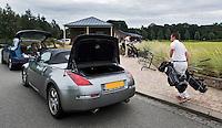 SPIJK - Golfclubs worden uitgeladen door medewerkers van THE DUTCH. Golfbaan THE DUTCH, COPYRIGHT KOEN SUYK