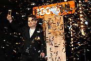 Officiele lancering van 100% NL TV in club Ziggo, Amsterdam.<br /> <br /> Op de foto:  Roel van Velzen geeft het startsein voor de officiele lancering van 100% NL TV