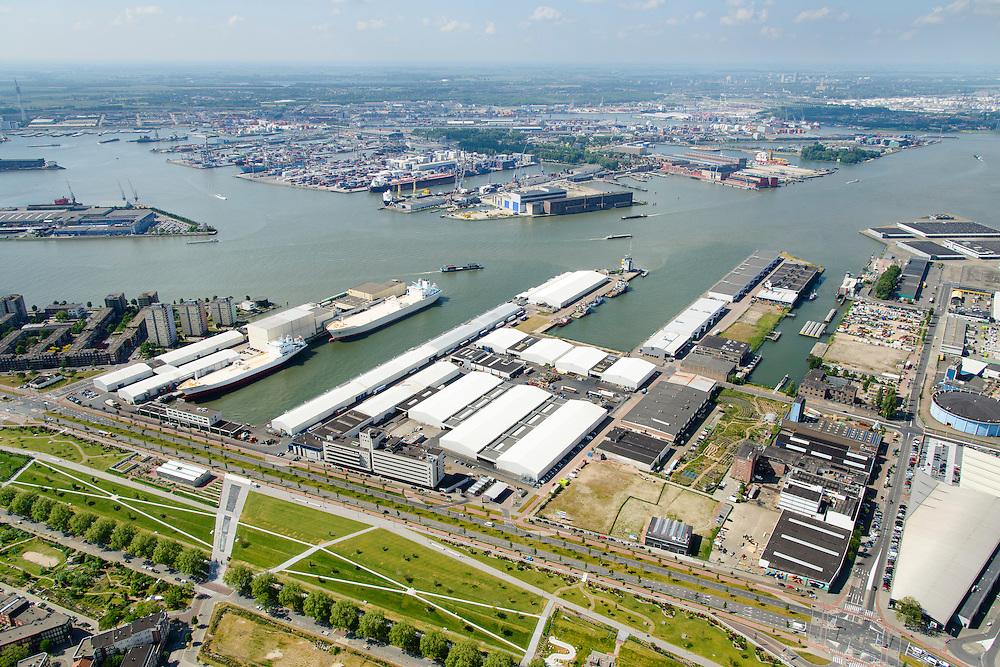 Nederland, Zuid-Holland, Rotterdam, 10-06-2015; Bospolder met Hudsonstraat en Vierhavensstraat. In de voorgrond het Dakpark, voormalig rangeerterrein, nu park bovenop winkelboulevard (Bigshops Dakpark). IJselhaven, Lekhavne, Keilehaven (vlnr). Nieuwe Maas en Waalhaven in het verschiet.<br /> <br /> Dakpark (roof park), former yard, now park on top of shopping boulevard. Old harbours.<br /> luchtfoto (toeslag op standard tarieven);<br /> aerial photo (additional fee required);<br /> copyright foto/photo Siebe Swart