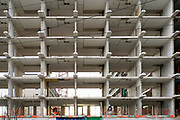 Nederland, Den Haag, scheveningen, 27-11-2019 Vestia en BAM Wonen geven Hoog Lindoduin in Scheveningen een duurzaam tweede leven Een grote woonflat, gallerijflats, gebouw wordt gerenoveerd. De verbouwing wordt uitgevoerd door bouwbedrijf BAM. Bij oplevering komen 143 woningen in de sociale verhuur en worden 39 appartementen op de bovenste drie lagen als vrije sectorwoningen verhuurd. Foto: Flip Franssen