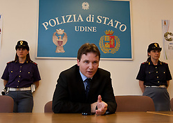 10.06.2011, Questura di Udine, Udine, ITA, Wiener Betonleichen Morde. Italienische Polizeieinheiten haben Freitagfrüh die gesuchte Eissalonbesitzerin Goidsargi Estibaliz C. im Ortszentrum von Udine, Italien, verhaftet. Demnach wurde die 32-Jährige von mobilen Einheiten in der Nähe des Bahnhofs gestellt. Gegen Goidsargi Estibaliz C. bestand nach dem Fund von Teilen zweier einbetonierter Leichen in ihrem Kellerabteil in Wien Meidling ein EU-Haftbefehl. Verdächigt wurde die gebürtige Spanierin, nachdem diese nach der Entdeckung der Leichen anfangs dieser Woche die Flucht ergriffen hatte. Eine der Leichen ist ihr vermisster Ex-Freund Manfred H. Vom zweiten Toten wurde bisher nur der Kopf gefunden, seine Identität ist unklar. Hier im Bild Capo Squardra Mobile Questura di Udine, Massimiliano Orwlan anlässlich einer Pressekonferenz. EXPA Pictures © 2011, PhotoCredit: EXPA/ J. Groder