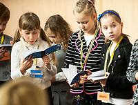 03.12.2016 Bialystok woj podlaskie Uroczysta inaguracja dzialalnosci Bialostockiego Uniwersytetu Dzieciecego przy Politechnice Bialostockiej  N/z dzieci z indeksami fot Michal Kosc / AGENCJA WSCHOD