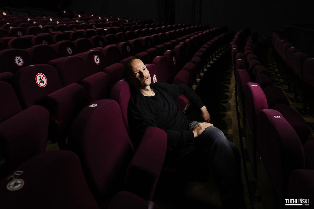 Warszawa, Polska. 02.09.2020r.<br /> Cezary Tomaszewski - Choreograf, reżyser i performer - pozuje  w Teatrz Studio<br /> Fot. Adam Tuchlinski dla Newsweek Polska