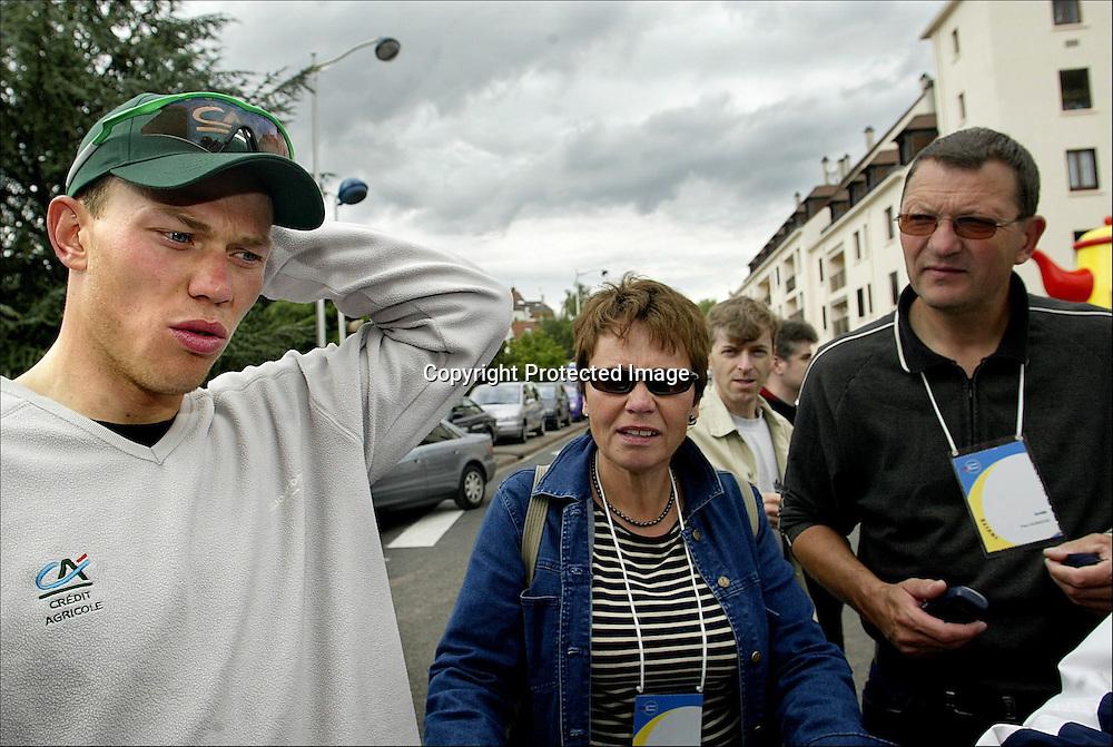 Château-Thierry 10.07.2002   Tour de France..Thor Hushovds (24) sjeflege i Crédit Agricole ble lørdag 6. juli sendt hjem fra Tour de France fordi han er under etterforskning for tidligere å ha tilbudt flere syklister det ulovlige bloddopingmiddelet EPO, men Hushovd stoler på at legen har hatt rent mel i posen. Her er Hushovd sammen med foreldrene sine....Foto: Daniel Sannum Lauten/Dagbladet *** Local Caption *** Hushovd,Thor