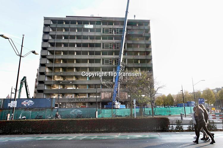 Nederland, Nijmegen, 22-11-2019 Kantoorgebouw metterswane wordt gesloopt. Het lelijke gebouw waar vanaf de jaren 70 verschillende diensten en afdelingen van de gemeente gehuisvest waren verdwijnt en gaat plaatsmaken voor een woontoren.Foto: Flip Franssen