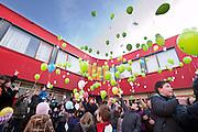 Bij de Utrechtse school De Taalkring, een basisschool voor kinderen met ernstige taal- of spraakproblemen, worden ballonnen losgelaten als protest tegen de bezuinigingen op het passend onderwijs. De ballonnen symboliseren de ondersteuning die de leerlingen nu krijgen, maar verliezen als de bezuinigingen doorgaan.<br /> <br /> Pupils of the Taalkring in Utrecht, a school for children with severe language or speech problems, are releasing balloons to protest against the cuts at special education.