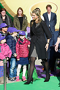Koningin Maxima luidt op basisschool De Twaalfruiter de schoolbel voor de start van de zesde editie van de Week van het geld<br /> <br /> Queen Maxima at the primary school De Twaalfruite The Queen rings the school bell for the start of the sixth edition of Money Week<br /> <br /> Op de foto / On the photo:  Koningin Maxima / Queen Maxima