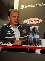 Fotball<br /> 5. November 2013<br /> Tippeligaen<br /> Brann Stadion<br /> Pressekonferanse ang. at  Rune Skarsfjord gir seg som Brann trener<br /> Rolf Magne Walstad , Sportslig adm. leder<br /> Foto Astrid M. Nordhaug