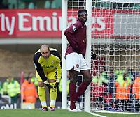EMMANUEL ADEBAYOR ( ARSENAL ). JOSE MANUEL REINA ( LIVERPOOL ). Arsenal v Liverpool. Barclays Premiership.12/03/2006.Credit  COLORSPORT / Kieran Galvin