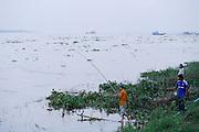 Mannen vissen in de Mehkong, de grootste en belangrijkste rivier in Cambodja.