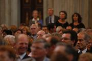 Zijne Koninklijke Hoogheid Prins Bernhard der Nederlanden, Regent van het Prins Bernhard Cultuurfonds, reikt donderdag 24 juni 2004 in het Koninklijk Paleis te Amsterdam vijf Zilveren Anjers uit. Dit jaar is de onderscheiding toegekend aan C. Grootveld-Parrée, drs. Y. Raveneau, L. Narain, G.T. van der Veen-Doddema en I. Vink. De onderscheiding wordt sinds 1950 jaarlijks toegekend aan maximaal vijf personen die zich vrijwillig en onbetaald hebben ingezet voor de cultuur of het natuurbehoud in Nederland en de Nederlandse Antillen en Aruba.