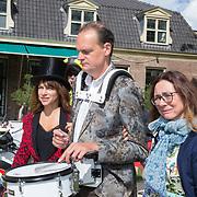 NLD/Doorn/20180824 -  Beatrix opent tentoonstelling 'Verzet en Verdriet in Beeld', Ellen ten Damme en Vincent Bijlo met partner Mariska Reijmerink