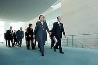 12 NOV 2008, BERLIN/GERMANY:<br /> Angela Merkel (L), CDU, Bundeskanzlerin, Prof. Dr. Bert Ruerup (R), Wirtschaftswissenschaftler TU Darmstadt, sowie Mitglieder des Sachverstaendigenrates und Bundesminister auf dem Wegder Uebergabe des Jahresgutachtens 2008/2009 des Sachverstaendigenrates zur Begutachtung des gesamtwirtschaftlichen Entwicklung an die Bundeskanzlerin, Bundeskanzleramt<br /> IMAGE: 20081112-02-016<br /> KEYWORDS: Bert Rürup, Wirtschaftsweise, Sachverständigenrat