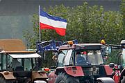 Nederland, Arnhem, 18-12-2019 Boeren uit de provincie Gelderland zijn met hun trekkers naar het provinciehuis in Arnhem gereden om te protesteren tegen de maatregelen die hun worden opgelegd om het stikstofprobleem op te lossen. De nederlandse vlag hangt ondersteboven als uiting van een noodsituatie . . Foto: Flip Franssen