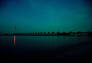 De Oosterscheldekering bij avondlicht