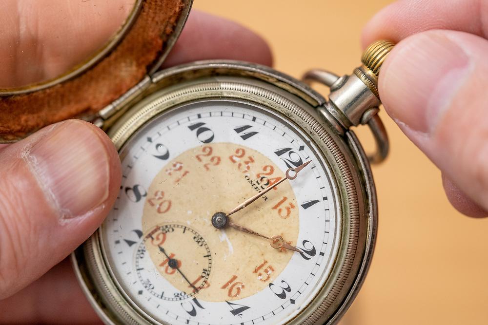 Justere tid på klassisk lommeur, egnet som illustrasjonsbilde for justering til eller fra sommertid.