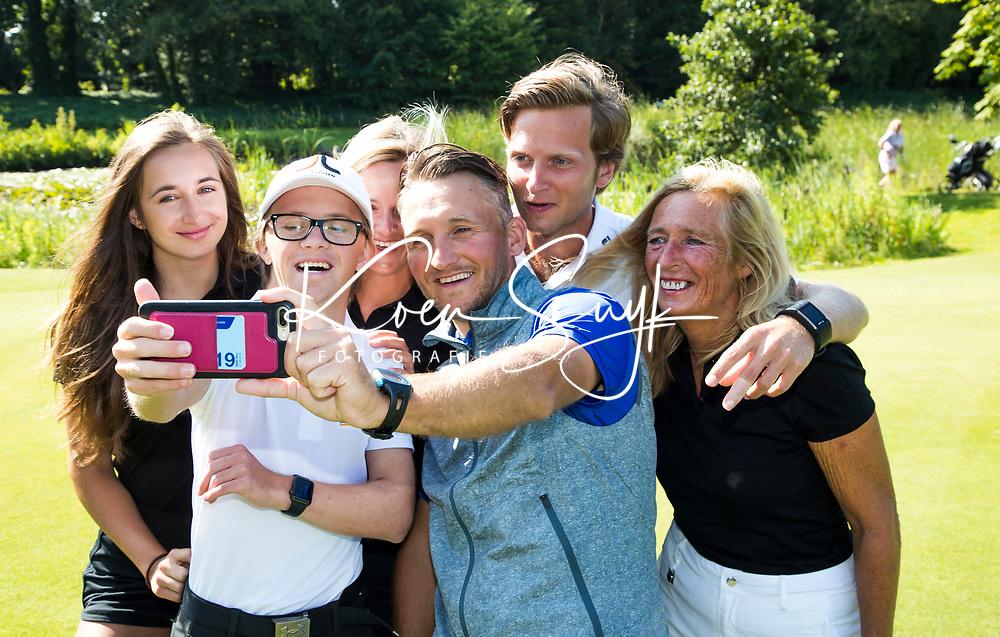 NOORDWIJKERHOUT  - Tjeerd Staal met Mara en haar gezin op Tespelduyn.  Verhaal 'Wie maakte mij golfgek' COPYRIGHT  KOEN SUYK