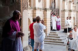 Lecce - Processione precedente la Santa Messa in onore del Santo. Un religioso attende il passaggio dell'arcivescovo.