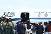 Marcelo Rebelo de Sousa a descer do Falcon da Força Aerea Portuguesa no aeroporto de Luanda,  que o transportou para uma visista de estado a Angola, de 5 a 9 de Março.