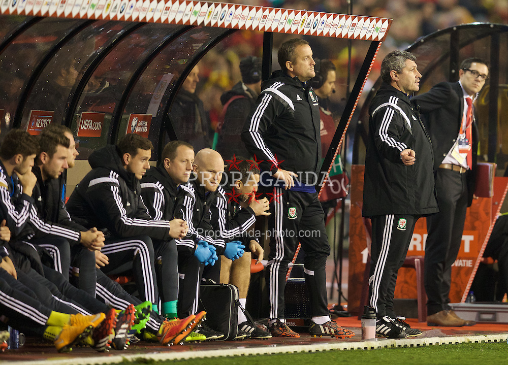 BRUSSELS, BELGIUM - Sunday, November 16, 2014: Wales' coach Osian Roberts and goalkeeping coach Martyn Margetson during the UEFA Euro 2016 Qualifying Group B game against Belgium at the King Baudouin [Heysel] Stadium. (Pic by David Rawcliffe/Propaganda)