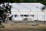 Nederland, the Netherlands, Nijmegen, 21-10-2015Kamp, tentenkamp Heumensoord, de tijdelijke noodopvang, azc, van het COA. In totaal kom en er 3000 asielzoekers, mensen. Op het kamp wordt nog gewerkt aan de laatste tenten, alsmede aan de infrastructuur voor elektra, afvoer en water. Ook wordt er een schooltje opgezet voor onderwijs aan de kinderen.FOTO: FLIP FRANSSEN
