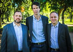 Retrato dos sócios da BIZ CHANGE, Gustavo Souza, Claudio Dreyssig (mais alto) e Jeferson Padilha (barba) no Parque Farroupilha, Redenção, em Porto Alegre. A empresa é uma consultoria de gestão empresarial que atua na transformação das organizações, e apoia seus clientes a criar diferenciais competitivos e obter resultados de excelência no seu negócio. A BIZ CHANGE acredita no valor que as organizações geram para a sociedade e que esta necessita de mudanças positivas. Por isso, dedica sua energia atuando como facilitadores de mudanças nas Organizações.  (FOTO: Gustavo Roth / Agência Preview)