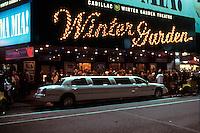 EEUU. Nueva York.<br /> Limusina junto al teatro Winter Garden durante una función del musical Mamma mia en Broadway.<br /> <br /> © JOAN COSTA