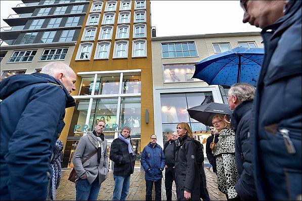 Nederland, Nijmegen, 19-1-2015Raadsleden uit Tilburg op bezoek in Nijmegen. Zij laten zich informeren over het beleid inzake het centrum en het winkelgebied. Hier zijn ze op het vernieuwde Plein 44 waar de Primark een vestiging heeft die Tilburg ook graag wil binnenhalen.FOTO: FLIP FRANSSEN/ HOLLANDSE HOOGTE