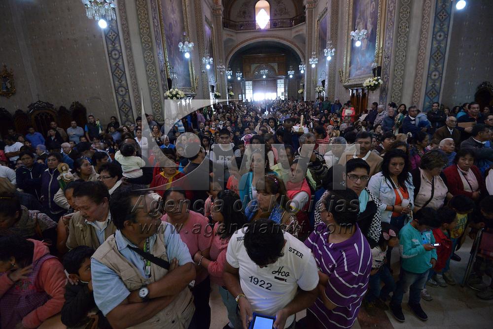 Toluca, México (Octubre 28, 2016).- Fieles católicos festejaron este día a San Judas Tadeo, acudiendo a escuchar misa y bendecir sus imágenes a la Iglesia de la Santa Veracruz.  Agencia MVT / Crisanta Espinosa