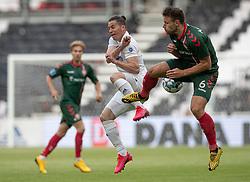 Bryan Oviedo (FC København) og Kristoffer Pallesen (AaB) under kampen i 3F Superligaen mellem FC København og AaB den 17. juni 2020 i Telia Parken, København (Foto: Claus Birch).