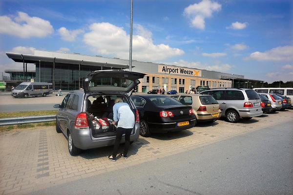 Duitsland, Weeze, 25-6-2009Vlak over de grens bij Nijmegen ligt het regionaal vliegveld Niederrhein, Weeze, wat sinds zes jaar uitgegroeid is tot een belangrijke regionale luchthaven en als thuisbasis fungeert voor prijsvechter chartermaatschappij Ryanair. In Bergen N-Limburg klaagt men over geluidsoverlast. In de regio bevindt zich ook vliegveld Dusseldorf. Naast passagiersvervoer wordt er veel luchtvracht vervoerd. Op de foto de parkeerplaats waar altijd veel auto's van nederlanders staan. Economie, ekonomie, grensstreek, Foto: Flip Franssen/Hollandse Hoogte