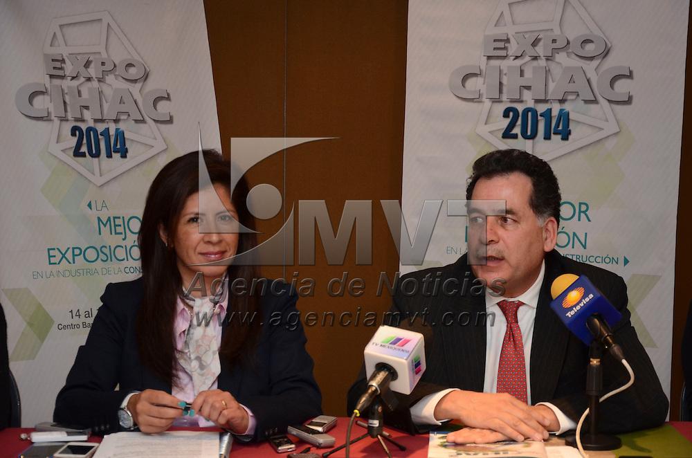 Toluca, México.- Celia Navarrete Gonzalez, Directora de la Expo CIHAC y Ricardo Lerin, Coordinador del Premio eco Chiac, durante conferencia de prensa, donde anunciaron la edicion numero 26 de la Expo CIHAC, del 14 al 18 de Octubre en el centro Banamex de la Ciudad de México, donde el Estado de participa con de 15 empresas constructoras mexiquenses. Agencia MVT / Arturo Hernández.