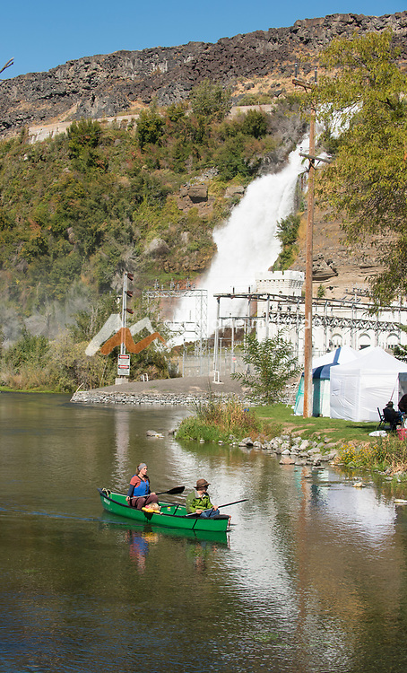 Couple kayaing during the Thousand Springs Art Festival at Ritter Island near Hagerman, Idaho.
