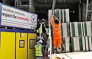 Engeland, Londen, 10-4-2019Straatbeeld van het centrum van de stad. Arbeiders uit Spanje, arbeidsmigranten, werken aan een nieuwbouwproject . arbeid,werk,buitenlanders,arbeidsmigratie, bouw,nieuwbouw,bouwproject,bouwvakkers,, werkgelegenheid,personeel .Foto: Flip Franssen