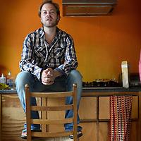 Nederland, Amsterdam , 22 juli 2010..Joeri Boom (mei 1971) is redacteur van De Groene Amsterdammer en bereist conflictgebieden. Sinds 1998 versloeg hij onder meer de strijd in Kosovo, Macedonië, Irak, Darfur, Libanon en Afghanistan..Foto:Jean-Pierre Jans