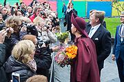 Koningspaar brengt streekbezoek aan regio Eemland in de provincie Utrecht. Tijdens het bezoek staat het stroomgebied van de rivier de Eem centraal.<br /> <br /> The Royal couple brings regional visits to the region of Eemland in the province of Utrecht. During the visit, the river Eem is central<br /> <br /> Op de foto/On the photo:  Aankomst bij het Eemhuis met een tafelgesprek met inwoners en bestuurders over voordelen en groeipijnen bij de snelle groei van Amersfoort.<br /> <br /> Arrival at the Eemhuis with a table talk with residents and drivers about benefits and growth pace in the fast growth of Amersfoort ..