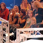 NLD/Hilversum/20070518 - Finale SBS6 So you wannabe a Popstar 2007, Leontien Borsato werkt haar makeup bij tijdens de reclame
