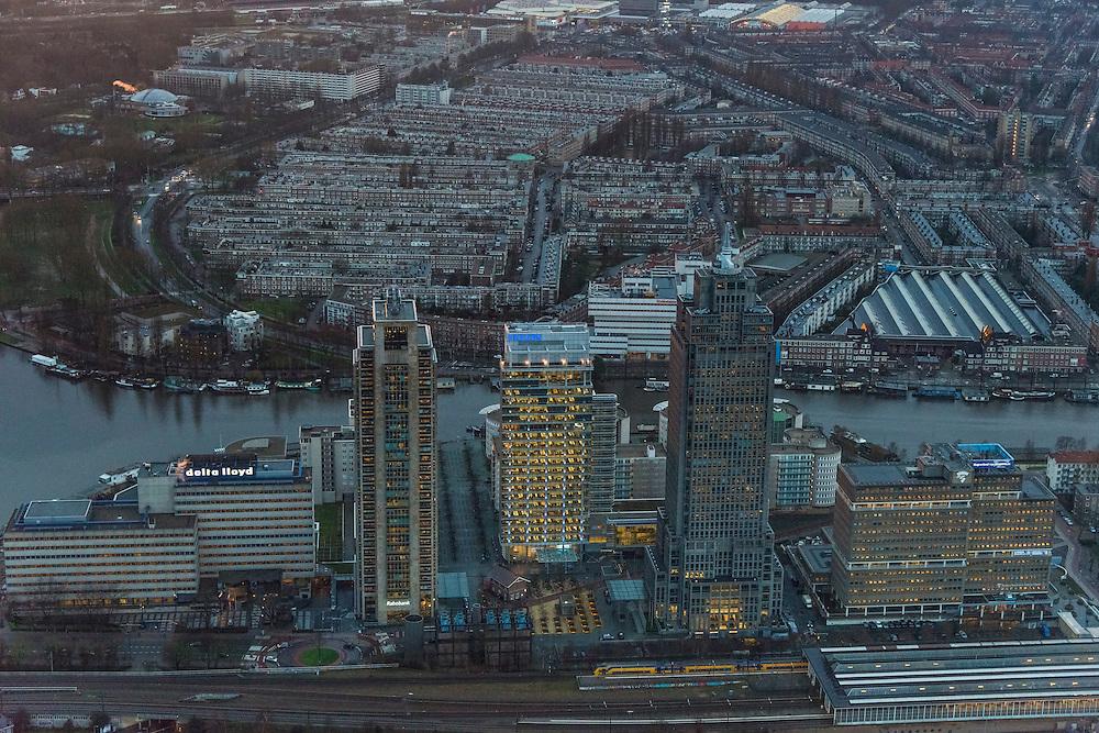 Nederland, Noord-Holland, Amsterdam, 16-01-2014; begin van de Zuidas in de avondschemering en bij ondergaande zon, omgeving Amstelstation. Rembrandt, Mondriaan en Breitner torens langs rivier de Amstel, aan de Omval. Het hoofdkantoor Philips in de Breitnertoren (midden). Verder kantoortorens het Amstelstation en kantoor Delta Lloyd.<br /> Rembrandt, Mondriaan and Breitner towers along the Amstel River. Headquarter Philips in the Breitner tower (middle). The complex marks the beginning of the South axis, the 'city' - financial district. Behind office towers the river Amstel with water villas and houseboats.<br /> luchtfoto (toeslag op standaard tarieven);<br /> aerial photo (additional fee required);<br /> copyright foto/photo Siebe Swart.