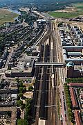 Nederland, Noord-Brabant, Den Bosch, 08-07-2010; Stationsgebied met in de omgeving van het station vastgoed- en projectontwikkeling, luxe appartementen. Ten westen van het station, rechts, het nieuwe Paleiskwartier ('de nieuwe binnenstad') op de plaats van een voormalige bedrijventerrein (rechts). Het landelijk gebied buiten de stad is Het Bossche Broek (li) en polder Honderd Morgen (re)..Station Area, real estate and property development, luxury apartments. West of the station the new Paleiskwartier ('new downtown') at the site of a former industrial site..luchtfoto (toeslag), aerial photo (additional fee required).foto/photo Siebe Swart